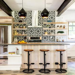 他の地域の広いトランジショナルスタイルのおしゃれなキッチン (フラットパネル扉のキャビネット、白いキャビネット、クオーツストーンカウンター、マルチカラーのキッチンパネル、セメントタイルのキッチンパネル、シルバーの調理設備、セラミックタイルの床、マルチカラーの床、グレーのキッチンカウンター、アンダーカウンターシンク) の写真