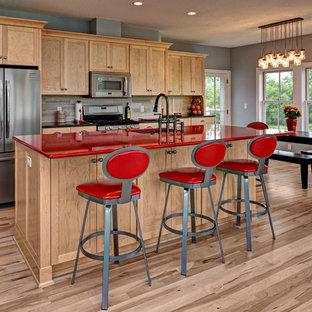 Exempel på ett klassiskt röd rött kök, med en undermonterad diskho, skåp i shakerstil, skåp i ljust trä, grått stänkskydd och rostfria vitvaror