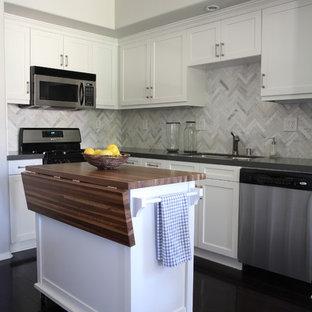 Idéer för ett litet klassiskt kök, med en nedsänkt diskho, skåp i shakerstil, vita skåp, bänkskiva i kvartsit, vitt stänkskydd, stänkskydd i stenkakel, rostfria vitvaror, mörkt trägolv och en köksö