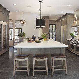 Idées déco pour une grand cuisine américaine classique en U avec un évier de ferme, un placard à porte shaker, des portes de placard marrons, une crédence métallisée, un électroménager en acier inoxydable, un îlot central, un sol gris, un plan de travail blanc, un plan de travail en marbre, une crédence en marbre et un sol en calcaire.