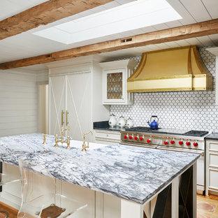 ナッシュビルの中サイズのエクレクティックスタイルのおしゃれなキッチン (落し込みパネル扉のキャビネット、青いキャビネット、白いキッチンパネル、パネルと同色の調理設備、テラコッタタイルの床、オレンジの床、アンダーカウンターシンク、珪岩カウンター、セラミックタイルのキッチンパネル) の写真