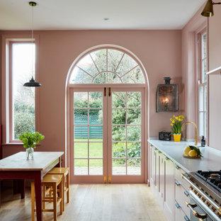 Einzeilige, Mittelgroße Klassische Wohnküche ohne Insel mit Unterbauwaschbecken, Schrankfronten im Shaker-Stil, Küchenrückwand in Rosa, Glasrückwand, beigem Boden und grauer Arbeitsplatte in London
