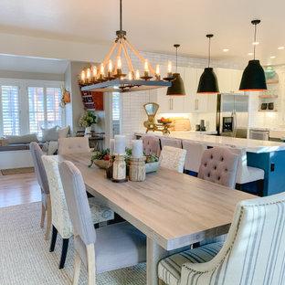 Inspiration för mellanstora klassiska vitt kök, med en rustik diskho, släta luckor, turkosa skåp, bänkskiva i kvartsit, vitt stänkskydd, stänkskydd i keramik, rostfria vitvaror, cementgolv och turkost golv