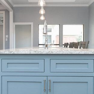 Стильный дизайн: большая п-образная кухня-гостиная в стиле современная классика с двойной раковиной, фасадами в стиле шейкер, белыми фасадами, столешницей из кварцита, белым фартуком, фартуком из каменной плиты, техникой из нержавеющей стали, темным паркетным полом, островом, коричневым полом и бирюзовой столешницей - последний тренд