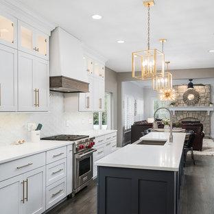 Idéer för att renovera ett mellanstort vintage vit linjärt vitt kök med öppen planlösning, med vita skåp, bänkskiva i kvarts, vitt stänkskydd, rostfria vitvaror, mörkt trägolv, en köksö, brunt golv, en rustik diskho, skåp i shakerstil och stänkskydd i glaskakel
