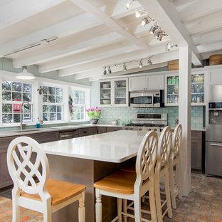 Idéer för mellanstora lantliga kök, med bänkskiva i kvarts, stänkskydd i tunnelbanekakel, en köksö, en undermonterad diskho, skåp i shakerstil, vita skåp, grönt stänkskydd, rostfria vitvaror, tegelgolv och rött golv