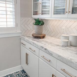 デンバーの中くらいのトランジショナルスタイルのおしゃれなキッチン (エプロンフロントシンク、フラットパネル扉のキャビネット、ターコイズのキャビネット、珪岩カウンター、白いキッチンパネル、セラミックタイルのキッチンパネル、シルバーの調理設備、無垢フローリング、白いキッチンカウンター) の写真