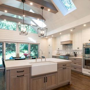 ワシントンD.C.の広いトランジショナルスタイルのおしゃれなL型キッチン (エプロンフロントシンク、シェーカースタイル扉のキャビネット、淡色木目調キャビネット、マルチカラーのキッチンパネル、シルバーの調理設備、無垢フローリング、茶色い床、白いキッチンカウンター、表し梁) の写真