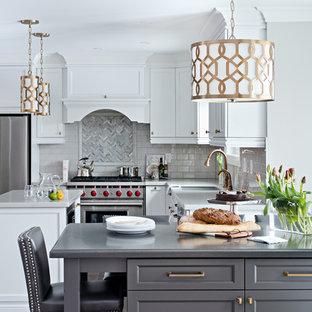 Idéer för stora vintage kök, med mörkt trägolv, rostfria vitvaror, vita skåp, granitbänkskiva, grått stänkskydd, stänkskydd i glaskakel, skåp i shakerstil, flera köksöar, en undermonterad diskho och brunt golv