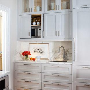Ispirazione per una cucina chic con lavello sottopiano, ante con riquadro incassato, ante grigie, top in marmo, paraspruzzi bianco, elettrodomestici da incasso e paraspruzzi in marmo