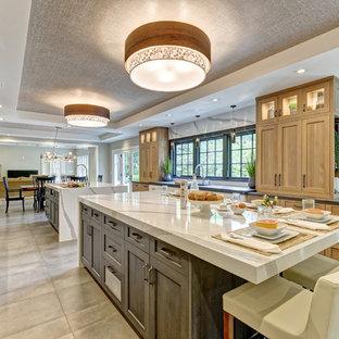 Idéer för stora vintage vitt kök, med en undermonterad diskho, skåp i shakerstil, grå skåp, bänkskiva i kvarts, vitt stänkskydd, stänkskydd i sten, rostfria vitvaror, klinkergolv i porslin, flera köksöar och grått golv