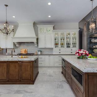 Стильный дизайн: большая кухня-гостиная в стиле современная классика с врезной раковиной, стеклянными фасадами, белыми фасадами, столешницей из переработанного стекла, белым фартуком, техникой из нержавеющей стали, мраморным полом, двумя и более островами и серым полом - последний тренд