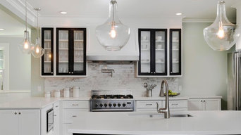 Transitional kitchen with two-toned cabinets