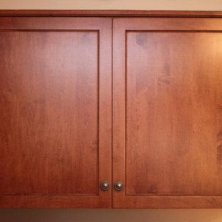 Klassische Wohnküche ohne Insel in L-Form mit Unterbauwaschbecken, Schrankfronten mit vertiefter Füllung, hellbraunen Holzschränken, Granit-Arbeitsplatte, Küchenrückwand in Weiß, weißen Elektrogeräten und Linoleum in Baltimore