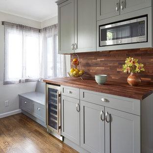 Mittelgroße Klassische Küche mit Schrankfronten im Shaker-Stil, grauen Schränken, Arbeitsplatte aus Holz, Küchenrückwand in Braun, Küchengeräten aus Edelstahl, braunem Boden, brauner Arbeitsplatte, Rückwand aus Holz und dunklem Holzboden in San Francisco