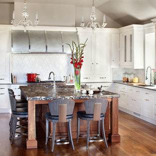 Große, Offene Klassische Küche in U-Form mit Schrankfronten mit vertiefter Füllung, weißen Schränken, Küchenrückwand in Weiß, braunem Holzboden, Kücheninsel, Unterbauwaschbecken, Quarzwerkstein-Arbeitsplatte, Rückwand aus Steinfliesen und Küchengeräten aus Edelstahl in Denver