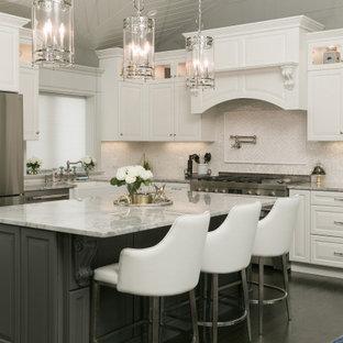 Inspiration för ett stort vintage grå grått kök, med en rustik diskho, luckor med upphöjd panel, bänkskiva i kvartsit, beige stänkskydd, stänkskydd i porslinskakel, rostfria vitvaror, mörkt trägolv, en köksö och beige skåp