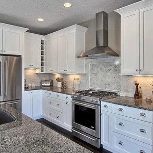 Idéer för ett mellanstort klassiskt kök, med en enkel diskho, skåp i shakerstil, vita skåp, granitbänkskiva, grått stänkskydd, stänkskydd i stenkakel, rostfria vitvaror, mörkt trägolv och en köksö