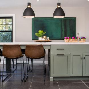 Inspiration för ett mellanstort vintage vit vitt kök, med en undermonterad diskho, skåp i shakerstil, gröna skåp, bänkskiva i kvarts, vitt stänkskydd, stänkskydd i keramik, rostfria vitvaror, klinkergolv i keramik, en köksö och svart golv