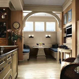 Idee per una grande cucina abitabile chic con ante con riquadro incassato, ante marroni, top in onice e pavimento in pietra calcarea