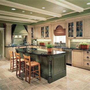 Immagine di una cucina classica di medie dimensioni con ante con riquadro incassato, ante beige, paraspruzzi verde, paraspruzzi con piastrelle diamantate, elettrodomestici in acciaio inossidabile, pavimento in travertino e isola
