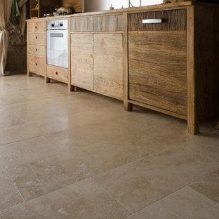 フィレンツェの中サイズのシャビーシック調のおしゃれなダイニングキッチン (一体型シンク、中間色木目調キャビネット、トラバーチンの床、アイランドなし) の写真