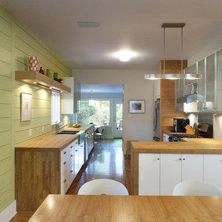 Esempio di una cucina moderna con top in legno, ante di vetro e ante bianche