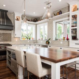 Foto di una cucina tradizionale con ante bianche, paraspruzzi beige, paraspruzzi con piastrelle diamantate, elettrodomestici in acciaio inossidabile, parquet scuro, pavimento marrone, top grigio e ante in stile shaker