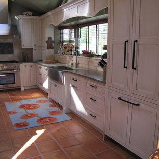 Idéer för mycket stora vintage kök, med en undermonterad diskho, skåp i shakerstil, vita skåp, granitbänkskiva, vitt stänkskydd, stänkskydd i stenkakel, rostfria vitvaror, klinkergolv i terrakotta och en köksö