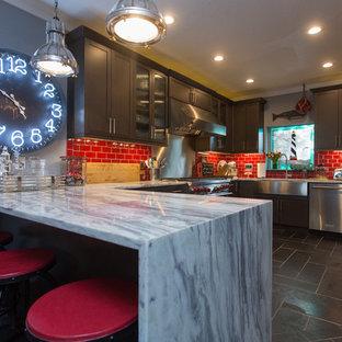 Esempio di una grande cucina costiera con lavello stile country, ante in stile shaker, ante grigie, top in marmo, paraspruzzi rosso, paraspruzzi con piastrelle di vetro, elettrodomestici in acciaio inossidabile, pavimento in ardesia, penisola e pavimento nero
