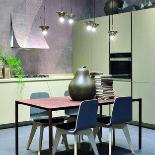 Imagen de cocina comedor en L, minimalista, de tamaño medio, sin isla, con fregadero de un seno, armarios con paneles lisos, puertas de armario beige, electrodomésticos con paneles, encimera de acrílico, suelo de baldosas de porcelana y suelo azul