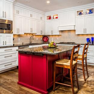 Foto på ett stort, avskilt vintage l-kök, med en undermonterad diskho, skåp i shakerstil, vita skåp, bänkskiva i kvarts, grått stänkskydd, stänkskydd i keramik, rostfria vitvaror, mellanmörkt trägolv, en köksö och brunt golv
