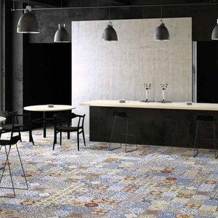 他の地域の中サイズのヴィクトリアン調のおしゃれなダイニングキッチン (マルチカラーのキッチンパネル、セラミックタイルのキッチンパネル、セラミックタイルの床) の写真