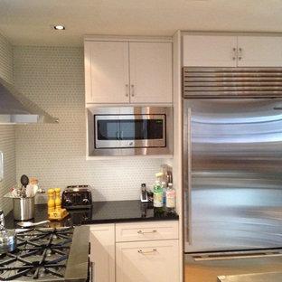 Idee per una piccola cucina classica con lavello sottopiano, ante in stile shaker, ante bianche, paraspruzzi blu, paraspruzzi con piastrelle di vetro, elettrodomestici in acciaio inossidabile e parquet chiaro