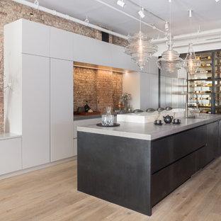 ニューヨークの広いコンテンポラリースタイルのおしゃれなキッチン (アンダーカウンターシンク、フラットパネル扉のキャビネット、コンクリートカウンター、淡色無垢フローリング、白いキャビネット、赤いキッチンパネル、レンガのキッチンパネル、ベージュの床) の写真
