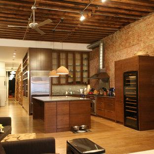 ニューヨークの中サイズのインダストリアルスタイルのおしゃれなキッチン (アンダーカウンターシンク、フラットパネル扉のキャビネット、中間色木目調キャビネット、ソープストーンカウンター、メタリックのキッチンパネル、メタルタイルのキッチンパネル、シルバーの調理設備の、淡色無垢フローリング、ベージュの床) の写真
