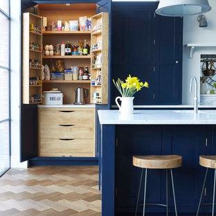 Идея дизайна: кухня в стиле современная классика