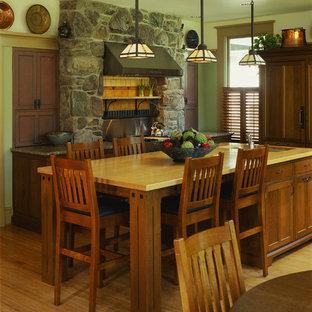 Bild på ett amerikanskt kök och matrum, med skåp i mellenmörkt trä och träbänkskiva