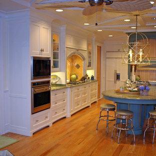 Kolonialstil Küche mit weißen Schränken, Küchenrückwand in Gelb und Elektrogeräten mit Frontblende in Boston
