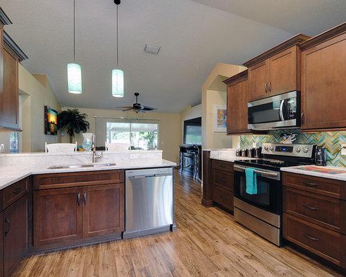 kolonialstil wohnk chen mit brauner k chenr ckwand ideen. Black Bedroom Furniture Sets. Home Design Ideas