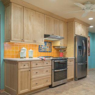 ミルウォーキーの大きいトロピカルスタイルのおしゃれなII型キッチン (アンダーカウンターシンク、シェーカースタイル扉のキャビネット、淡色木目調キャビネット、クオーツストーンカウンター、テラコッタタイルのキッチンパネル、シルバーの調理設備、クッションフロア、アイランドなし) の写真