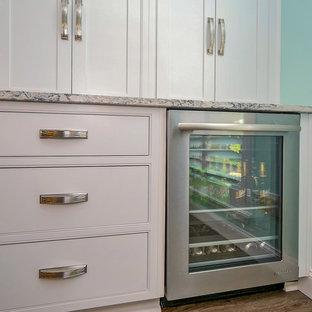 ジャクソンビルの広いトロピカルスタイルのおしゃれなキッチン (シェーカースタイル扉のキャビネット、白いキャビネット、クオーツストーンカウンター、白いキッチンパネル、セラミックタイルのキッチンパネル、シルバーの調理設備、クッションフロア、グレーのキッチンカウンター) の写真