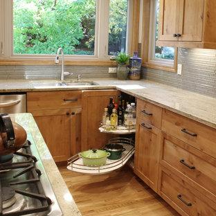 ボイシの大きいトランジショナルスタイルのおしゃれなキッチン (ダブルシンク、シェーカースタイル扉のキャビネット、中間色木目調キャビネット、御影石カウンター、グレーのキッチンパネル、ボーダータイルのキッチンパネル、淡色無垢フローリング) の写真
