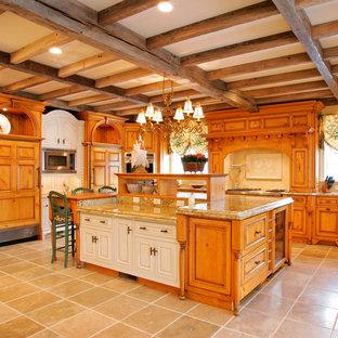 Country Küche mit Landhausspüle, Schrankfronten mit vertiefter Füllung, hellbraunen Holzschränken, Granit-Arbeitsplatte, Elektrogeräten mit Frontblende und Küchenrückwand in Beige in Philadelphia