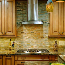 Traditional Kitchen by Davida's Kitchen & Tiles