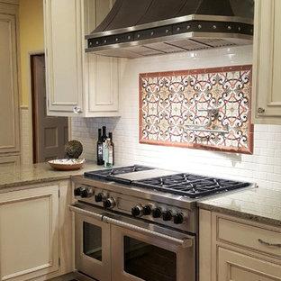 シアトルの大きいヴィクトリアン調のおしゃれなキッチン (エプロンフロントシンク、インセット扉のキャビネット、ベージュのキャビネット、御影石カウンター、ベージュキッチンパネル、セラミックタイルのキッチンパネル、シルバーの調理設備の、無垢フローリング、茶色い床、緑のキッチンカウンター) の写真