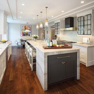 Foto på ett vintage kök och matrum, med luckor med glaspanel, rostfria vitvaror, mörkt trägolv, en köksö och brunt golv