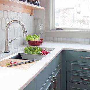 Неиссякаемый источник вдохновения для домашнего уюта: отдельная, угловая кухня среднего размера в стиле кантри с врезной раковиной, фасадами с утопленной филенкой, зелеными фасадами, столешницей из кварцевого композита, серым фартуком, фартуком из керамогранитной плитки, техникой из нержавеющей стали, пробковым полом, полуостровом и коричневым полом