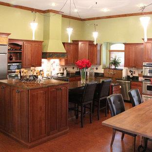 Große Mediterrane Wohnküche in L-Form mit profilierten Schrankfronten, hellbraunen Holzschränken, Kupfer-Arbeitsplatte, Küchenrückwand in Weiß, Rückwand aus Mosaikfliesen und Kücheninsel in Orlando