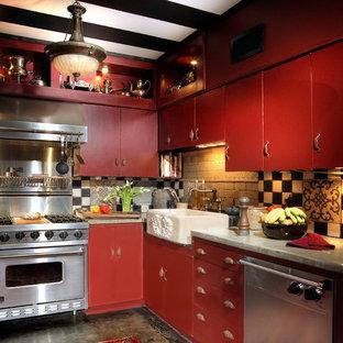 Inspiration pour une très grand cuisine parallèle méditerranéenne fermée avec un évier de ferme, un placard à porte plane, des portes de placard rouges, un plan de travail en béton, une crédence multicolore, une crédence en carrelage de pierre, un électroménager en acier inoxydable, béton au sol et aucun îlot.